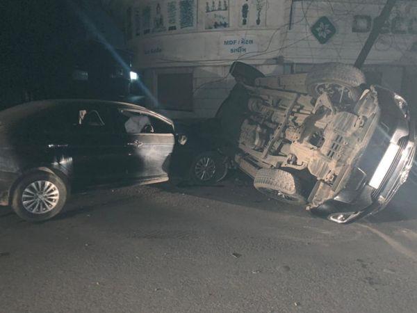 સોમવારે રાત્રે પૂરપાટ ઝડપે નીકળેલી બે કાર વચ્ચે અકસ્માત થયો - Divya Bhaskar