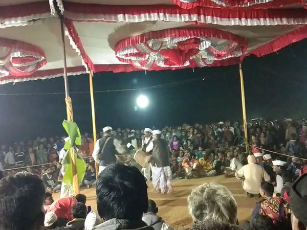 તુર હરીફાઈમાં સરપંચ સહિત મોટી સંખ્યામાં ગ્રામજનો ઉપસ્થિત રહ્યાં હતા - Divya Bhaskar