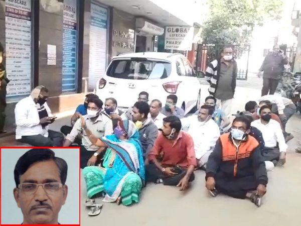 હોસ્પિટલ બહાર બેઠેલા દલિજ સમાજના લોકો અને મૃતક વકીલની ફાઈલ તસવીર - Divya Bhaskar