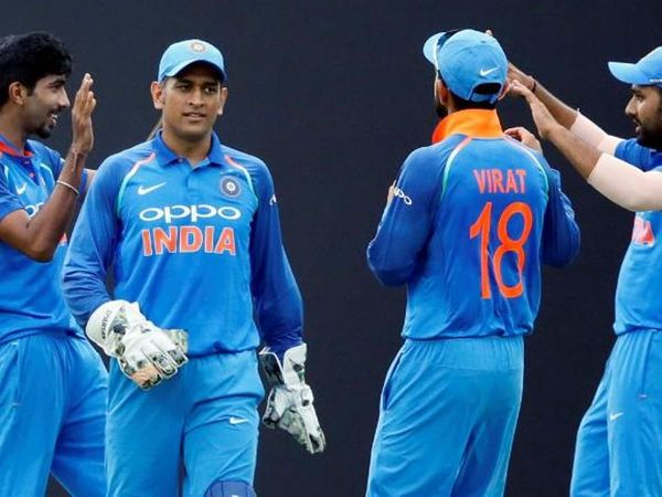 ICC એ ડિકેડની વનડે અને T-20 ટીમના કેપ્ટન મહેન્દ્ર સિંહ ધોનીને જાહેર કર્યો છે. જ્યારે T-20 ટીમમાં 4 ભારતીય ખેલાડીને સ્થાન મળ્યુ છે- ફાઈલ ફોટો - Divya Bhaskar