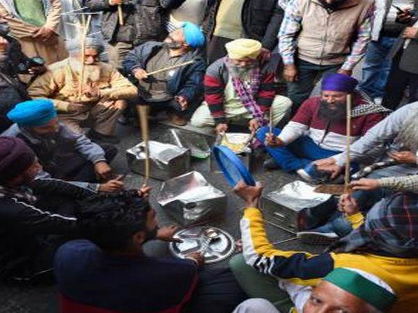ખેડૂતોએ દિલ્હી પાસે સિંઘુ બોર્ડર પર વડાપ્રધાન મોદીના રેડિયો કાર્યક્રમ 'મન કી બાત'નો વિરોધ તાળી-થાળી વગાડીને કર્યો હતો. નવા કૃષિ કાયદાના વિરોધમાં દેશભરના ખેડૂત 32 દિવસથી દિલ્હી બોર્ડર પર એકઠા થયા છે. ખેડૂત સંગઠન કાયદો પાછો લેવા માટે જીદ પર અડગ છે. તેમનું કહેવું છે કે તે કાયદામાં કોઈ પણ પ્રકારના સુધારા માટે તૈયાર નથી, સરકારે તેને પાછા લેવા પડશે.