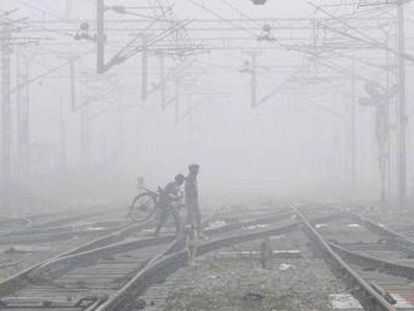 જલંધરમાં ગાઢ ધુમ્મસની ઝલક. રવિવારથી ઉત્તર ભારતમાં વેસ્ટર્ન ડિસ્ટર્બન્સ સક્રિય થઈ રહ્યું છે, ત્યારબાદ પંજાબ, હરિયાણા અને ચંદીગઢ સહિત ઘણા રાજ્યોમાં વરસાદ પડી શકે છે. શનિવારે અમૃતસરમાં ગાઢ ધુમ્મસને કારણે 6 ફ્લાઇટ્સ મોડી પડી હતી