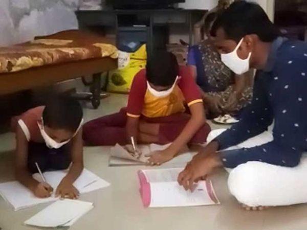 ગામડાંમાં બાળકો પાસે નથી સ્માર્ટ ફોન કે નથી ઈન્ટરનેટ. આમ છતાં જબરદસ્તીથી ભણાવવામાં આવતાં શિક્ષકો સાથે વાલી પણ અસમંજસમાં મુકાઈ ગયા.
