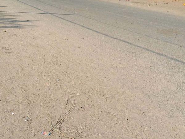 છોટાઉદેપુરમાં રસ્તાઓ ઉપર ધૂળ ઉડવાની ફરિયાદ ઉઠી છે. - Divya Bhaskar