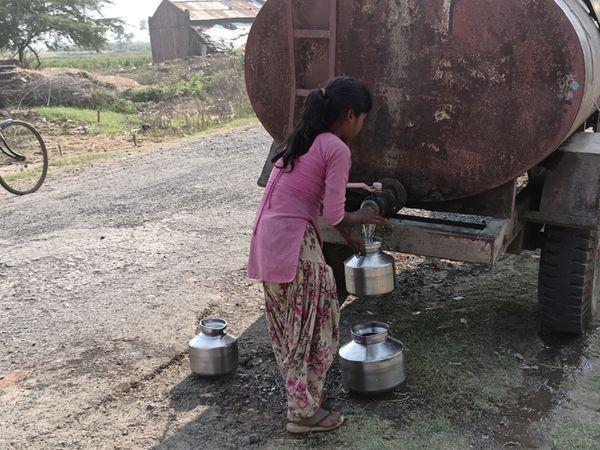 માલુ વસાહતમાં ટેન્કર મારફતે પીવા માટેનું પાણી અપાય છે. - Divya Bhaskar