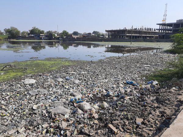 ખુલ્લા ખેતરમાં મોટાં પ્રમાણમાં ગંદુ પાણી અને પાણીમાં ગંદો કચરો - Divya Bhaskar