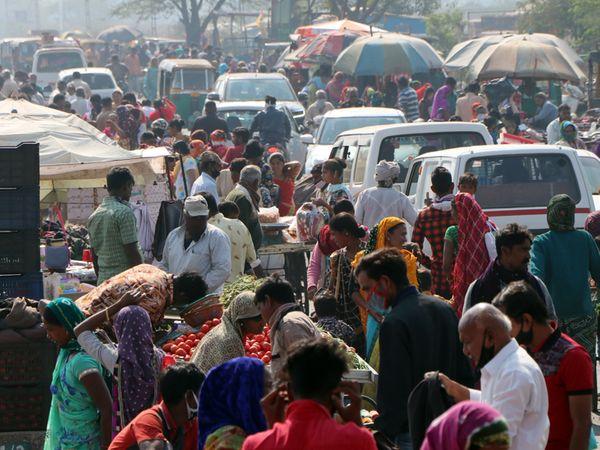 અચાનક મોટી સંખ્યામાં લોકો ખરીદી માટે ઊમટી - Divya Bhaskar