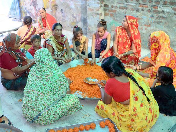 મહિલાઓ આખો માસ લાડુ બનાવવા માટે શ્રમકાર્યનું યોગદાન આપે છે. - Divya Bhaskar