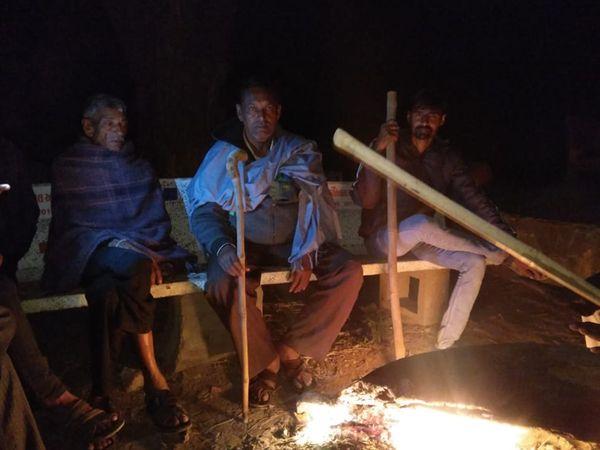 સ્થાનિકો તથા યુવાનોએ કડકડતી ઠંડીમાં રાત્રે ગામમાં ચોકીદારી શરૂ કરી - Divya Bhaskar