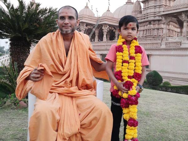 નર્મદા જિલ્લાના કેવડિયા કોલોનીમાં રહેતા માત્ર 7 વર્ષ નો વેદાંત અજીતભાઈ તડવી નામના બાળકે કોરોના કાળ ના લોકડાઉન દરમયાન આખો સત્સંગ દિક્ષા ગ્રંથ ગુજરાતી 315 શ્લોક કંઠસ્થ કર્યો છે. - Divya Bhaskar