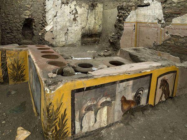 ઈટાલીના પોમ્પેઈ શહેરમાં ખનન દરમિયાન પુરાતત્વવિદોને 2000 વર્ષ જૂની ઈટરી મળી છે. આ દુકાન ભીંતચિત્રોથી સજાવાઈ હતી.