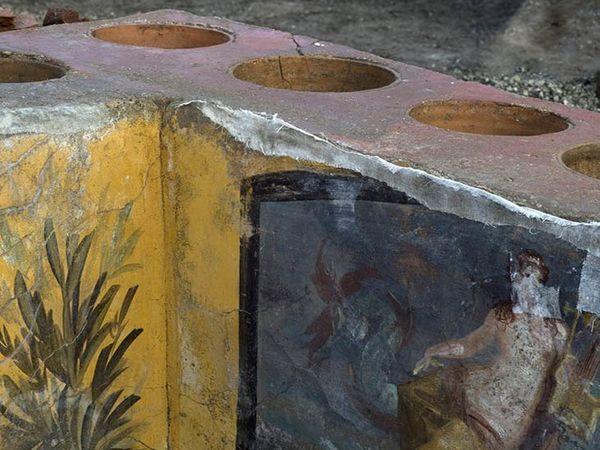 ઈટાલીમાં 2000 વર્ષ પૂર્વે જ્વાળામુખીની રાખમાં ધરબાઈ ગયેલા પોમ્પેઈ શહેરની 'ફાસ્ટફૂડ'ની દુકાન ખનન દરમિયાન મળી આવી. પુરાતત્વવિદોએ આને અભૂતપૂર્વ શોધ ગણાવી છે. - Divya Bhaskar