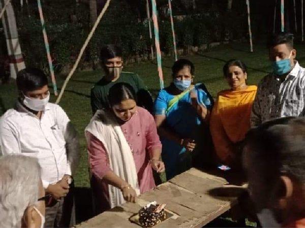 ભાજપના મહિલા કાઉન્સિલર ગાર્ગી દવેએ કોરોના મહામારીમાં જાહેર જન્મદિવસની ઉજવણી કરી - Divya Bhaskar