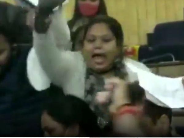 પૂર્વી દિલ્હી નગર નિગમની ઓફિસમાં હોબાળા દરમિયાન AAPના કોર્પોરેટર મોહની જીનવાલ હાથમાં ચંપલ પકડીને જોવા મળી. - Divya Bhaskar