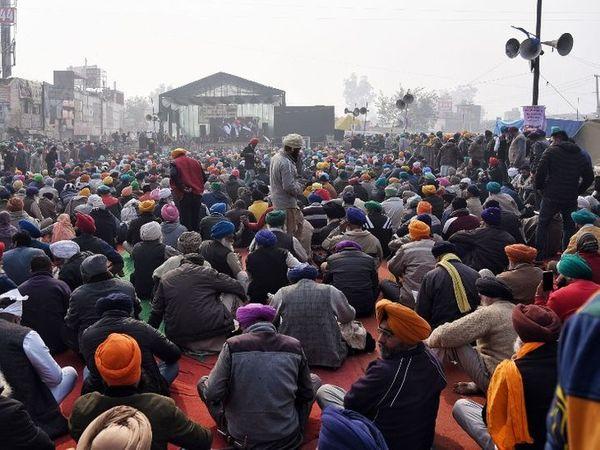 કૃષિ કાયદાના વિરોધમાં ખેડૂત 26 નવેમ્બરથી દિલ્હીની સરહદ પર આંદોલન કરી રહ્યાં છે, તસવીર સિંધુ બોર્ડરની છે. - Divya Bhaskar