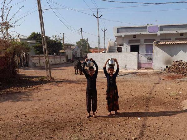 પરિવારની બહેન-દીકરીઓને બેડા પાણી માટે રઝળપાટ. - Divya Bhaskar