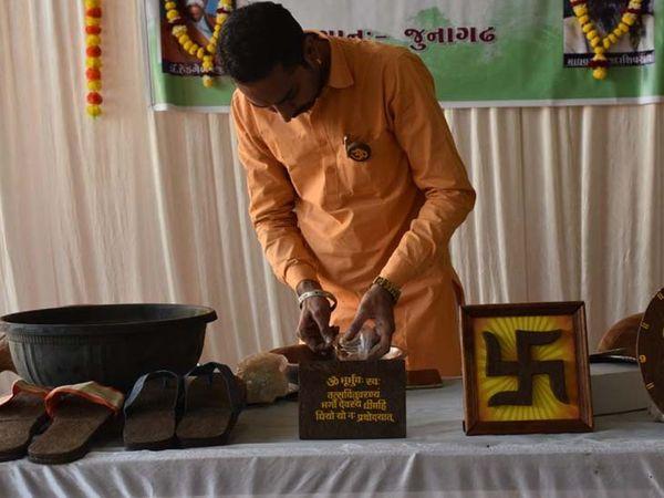 ગાયના ગોબરમાંથી બનેલા ચપ્પલથી બ્લડ પ્રેશરના દર્દીને રાહત મળે છે - Divya Bhaskar