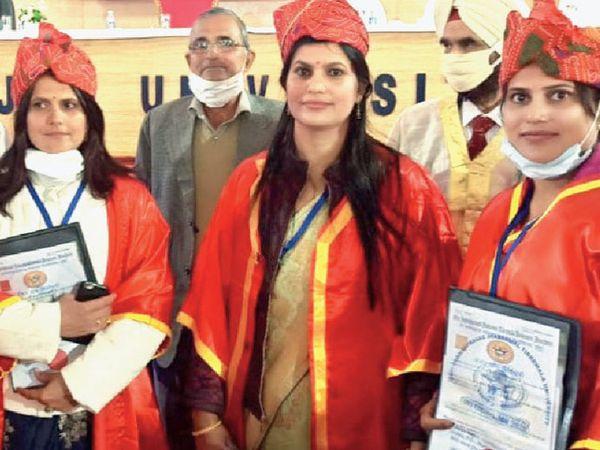 PhD મેળવનાર ત્રણેય દીકરીઓની તસવીર - Divya Bhaskar