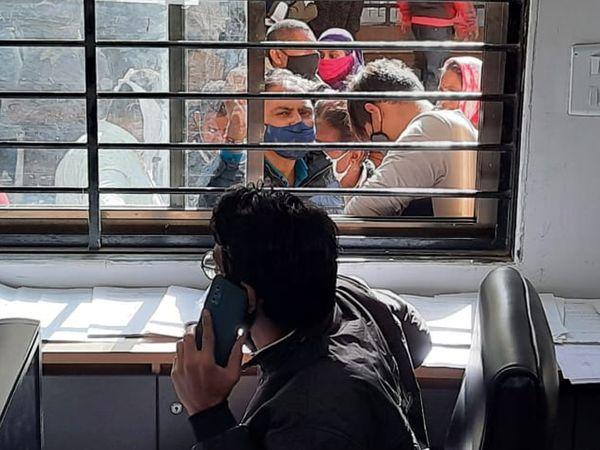 શહેરના જનસેવા કેન્દ્રમાં વારંવાર ઠપ થઈ જતા સર્વરને પગલે કામગીરી પર અસર થતા અનેક અરજદારોને મુશ્કેલી પડી રહી છે. - Divya Bhaskar
