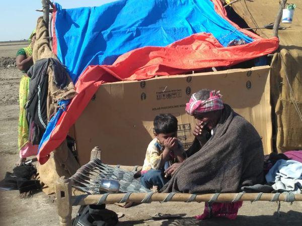 પાટડી, ધ્રાંગધ્રા રણમાં ઠંડીનો પારો 7 ડિગ્રી પહોંચતા અગરીયાઓ ઠુંઠવાયા હતા. - Divya Bhaskar