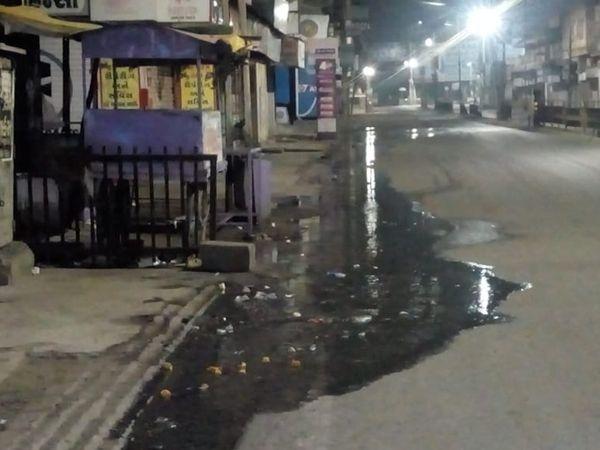 લીકેજ લાઇનનું પાણી રસ્તા પર ફરી વળતા નર્કાગાર - Divya Bhaskar