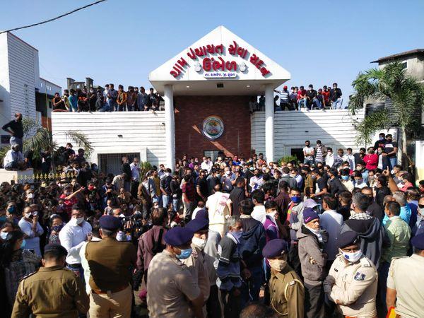 ઓવરબ્રિજની માંગ સાથે હાઇવે પર એકઠા થયેલા હજારો લોકોએ ચક્કાજામ કરતા હાઇવે પર વાહનોની લાંબી કતાર લાગી હતી. - Divya Bhaskar