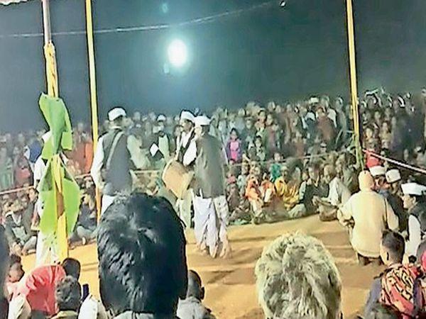 અંતરિયાળ ડુંગર પર હજારો લોકોની ભીડ એકઠી થતાં મામલો ગરમાયો - Divya Bhaskar