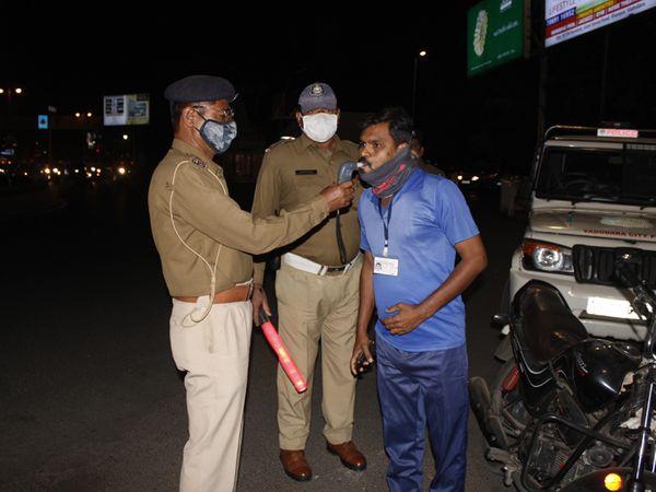 કાલાઘોડા સર્કલ પાસે સાંજે પોલીસ દ્વારા બ્રેથ એનલાઇઝર સાથે ચેકિંગ કરાયું હતું. - Divya Bhaskar