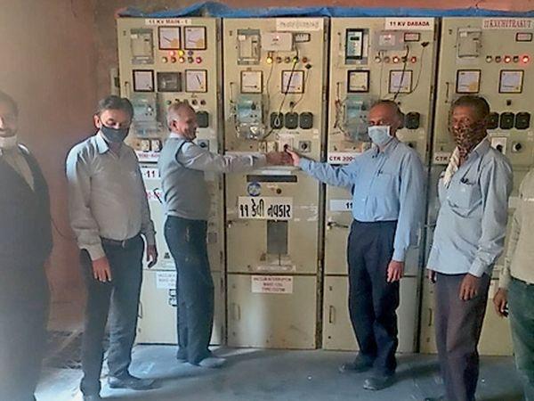 નવા ફીડરની શરૂઆત કરી રહેલા પીજીવીસીએલના અધિકારીઓ. - Divya Bhaskar