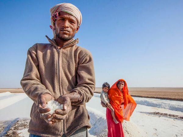 મીઠાના ઉત્પાદનમાં કચ્છ સૌથી મોટો વિસ્તાર છે અને ત્યાં હજારોની સંખ્યામાં અગરિયાઓ વસવાટ કરે છે.