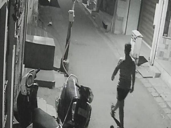 અસામાજિક તત્વો દ્વારા ગાડીઓને નૂકસાન કરવામાં આવતું હોવાનું CCTVમાં કેદ થયું છે. - Divya Bhaskar