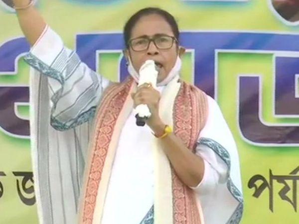 મમતા બેનર્જીએ મંગળવારે બીરભૂમના બોલપુરમાં પદયાત્રા કરી. અહીં જ અમિત શાહે 20 ડિસેમ્બરે રોડ શો કર્યો હતો. - Divya Bhaskar