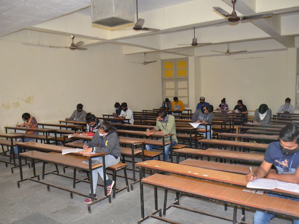 નાગલપુર કોલેજમાં છાત્રોએ સામાજિક અંતર સાથે પરીક્ષા આપી હતી.