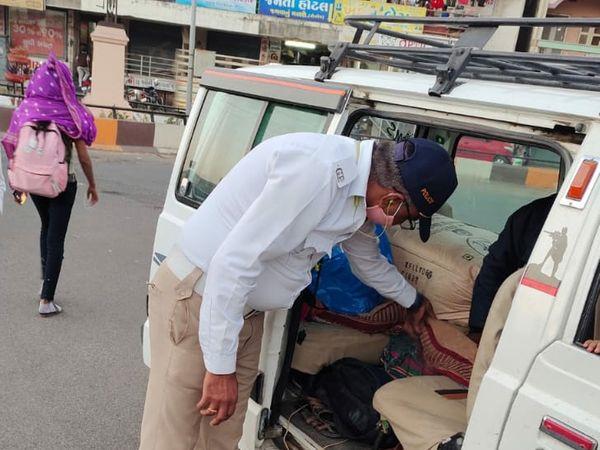 31 ડિસેમ્બરને અનુલક્ષી બારડોલી સુરતી જકાતનાકા પાસે વાહન ચેકીંગ કરતી પોલીસ. - Divya Bhaskar