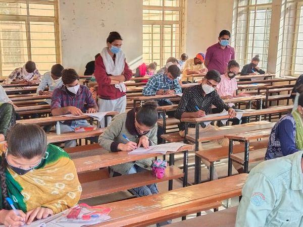 વિદ્યાર્થીઓને છુટા છુટા બેસાડાયા હતા. - Divya Bhaskar