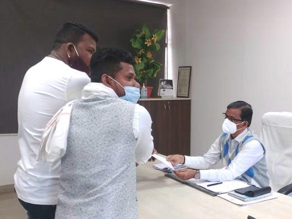 છોટાઉદેપુરના કલેક્ટરને આવેદન અપાયું હતું. - Divya Bhaskar