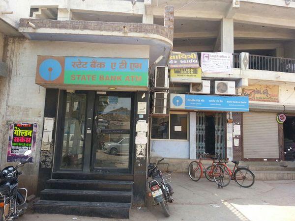 બેંકના વહીવટથી લોકો પરેશાન છે. - Divya Bhaskar