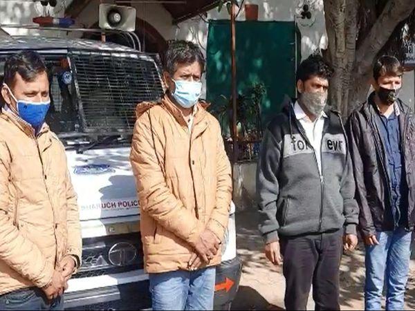 પોલીસે 4 આરોપીની ધરપકડ કરી - Divya Bhaskar