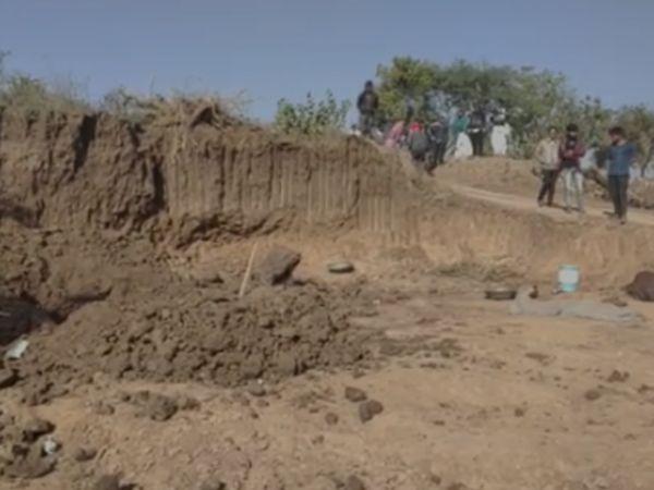 આંકલાવ તળાવમાં ભેખડ ઘસી પડતા 5 દટાયા, 2 મહિલાના મોત, 3નો બચાવ કરાયો. - Divya Bhaskar