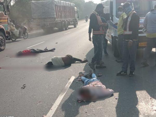 બાઈક અકસ્માતમાં 3 યુવાનના મોત થતાં ટ્રાફિકજામ થઈ ગયો હતો - Divya Bhaskar