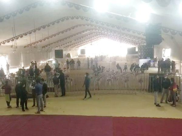 રાજકોટ એઇમ્સ હોસ્પિટલના ખાતમુહૂર્ત સ્થળે 500 લોકો બેસી શકે એવો વિશાળ ડોમ તૈયાર કરવામાં આવ્યો છે. - Divya Bhaskar