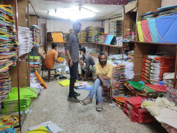 પતંગ બજાર આ વર્ષે અવનવી પંતગો જોવા મળી રહી છે - Divya Bhaskar