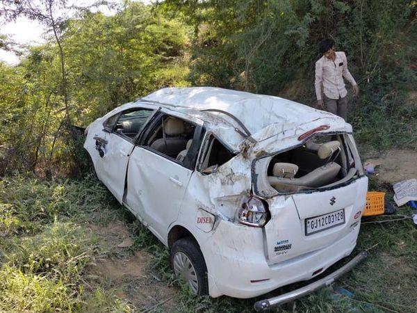 સાંતલપુરના સિંધાડા નજીક કાર પલ્ટી જતાં કાર સીધી કરી ઈજાગગ્રસ્તોને બહાર કઢાયા હતા. - Divya Bhaskar