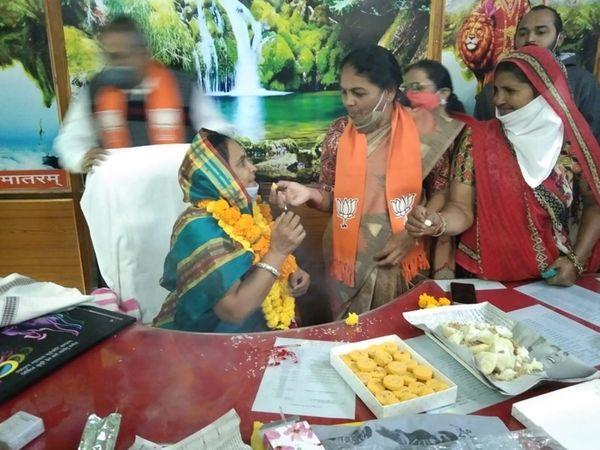 પ્રમુખનો ચાર્જ જ્યોત્સનાબેન યોગેશભાઇ ત્રિવેદીને આપવામાં આવ્યો - Divya Bhaskar