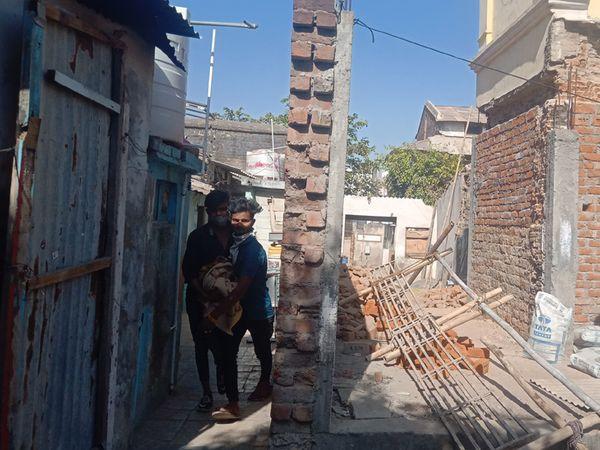 ઘરની સામે જ મંદિર ટ્રસ્ટ દ્વારા દીવાલ ચણી દેવાઈ હતી. - Divya Bhaskar