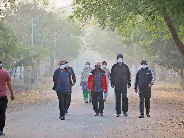 સમગ્ર દિવસ લોકોએ ઠંડીથી બચવા ટોપી, સ્વેટરનો સહારો લેવો પડ્યો - Divya Bhaskar