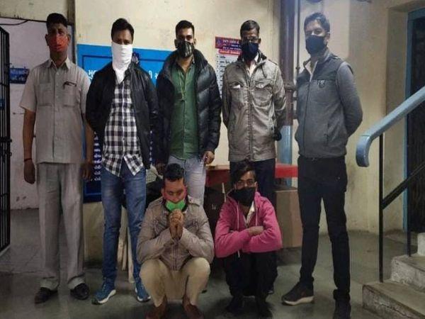 નકલી પોલીસની કારંજ પોલીસ કર્મીઓએ અટકાયત કરી - Divya Bhaskar