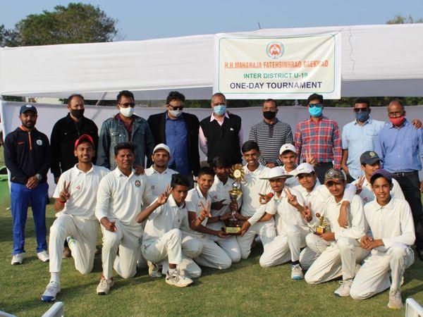 પાટણની ટીમનો ભવ્ય વિજય થતાં ટ્રોફી સાથે પાટણની ટીમ. - Divya Bhaskar