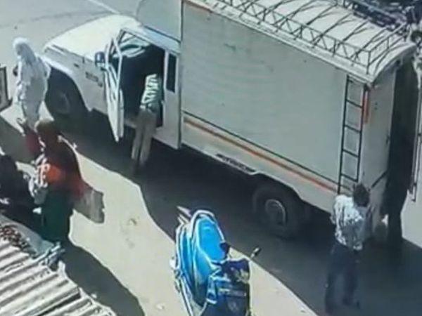 જીપમાં ડોકિયુ કરીને તસ્કર રૂપિયા ભરેલી બેગ કાઢી રહ્યો છે. - Divya Bhaskar