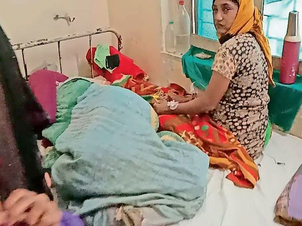 હોસ્પિટલના ગાયનેક ડિપાર્ટમેન્ટમાં એક બેડ પર બબ્બે સગર્ભા ને દાખલ કરવામાં આવ્યા હતા. - Divya Bhaskar